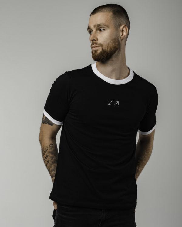 Czarna koszulka męska z logiem pozowane