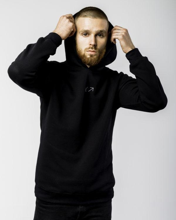 Czarna bluza z logiem z założonym kapturem przodem